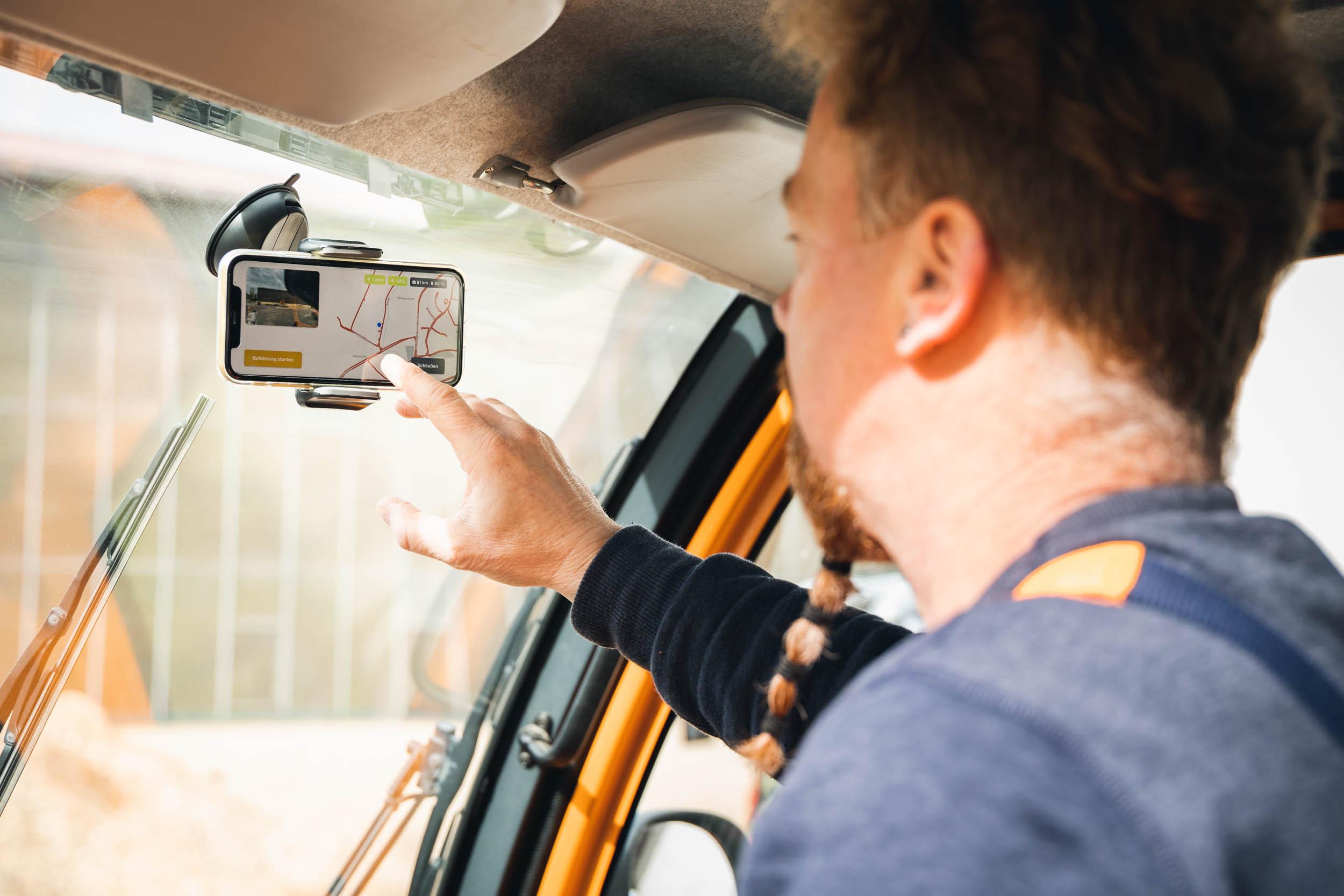 Mann klickt auf Smartphone