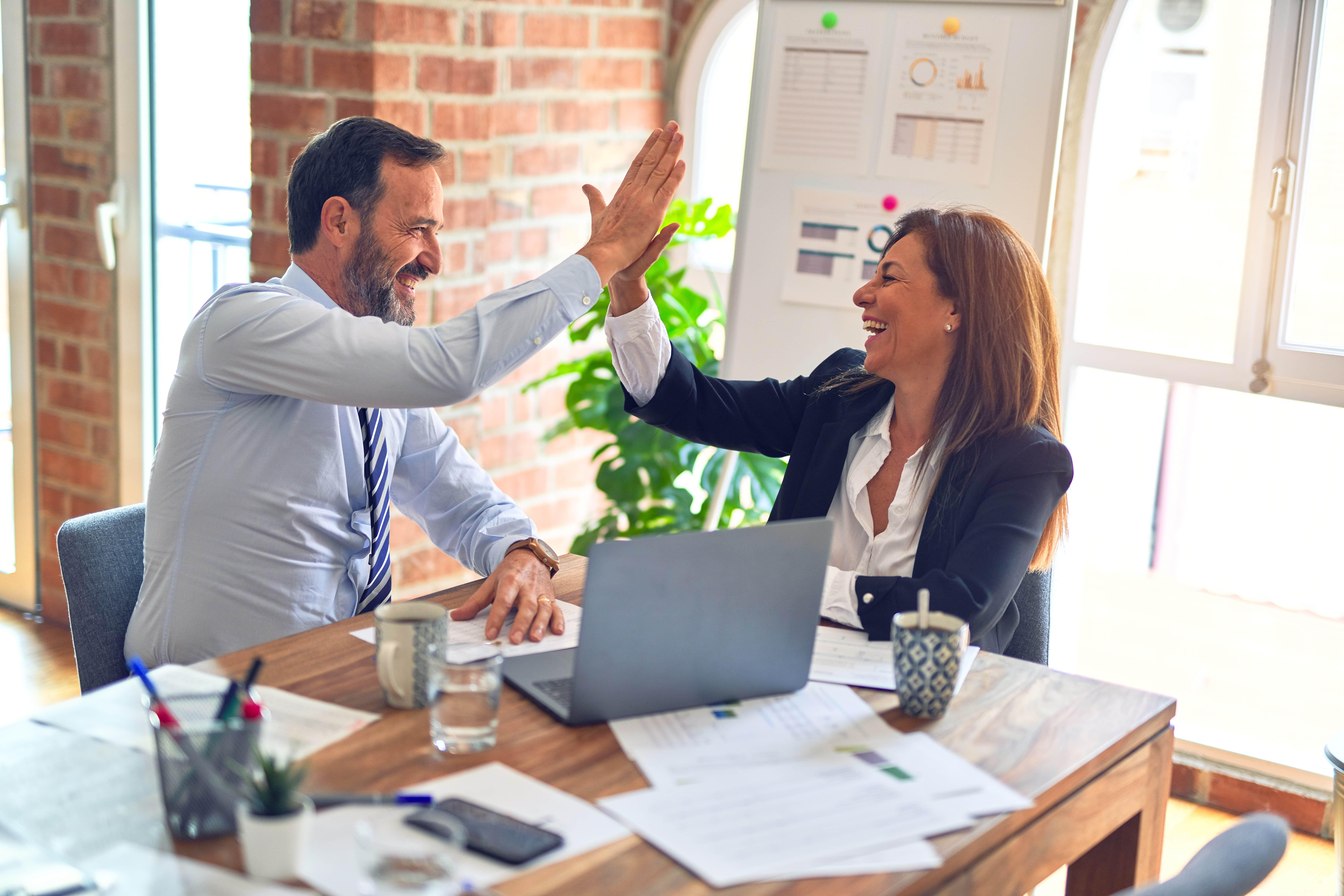 Business Partner klatschen sich ein